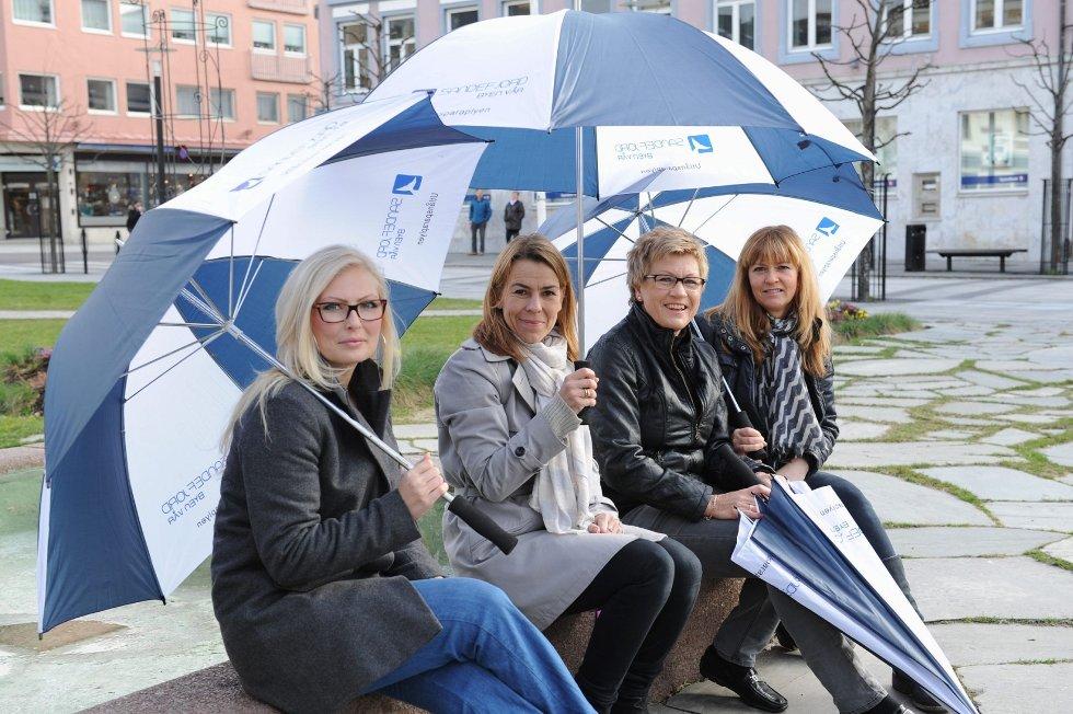 Katrine Larsen (fra venstre), Helene Kleiven, Elisabeth Teien og Anette Eriksen sørger for at ingen skal bli våte når de er på shopping i sentrum. Foto: Per Langevei