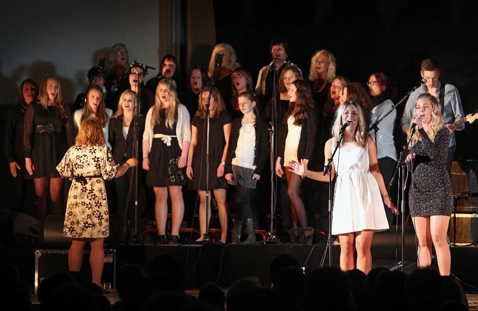 Ungdomsstyret til LAKK samarbeidet med The Cherity Crew, Lakk barnekor, Kor for Afrika og DanseakademietGG om en stor veldedighetskonsert i Larkollhallen.     Stine Kristiansen (til venstre) og Anna Hedblom.
