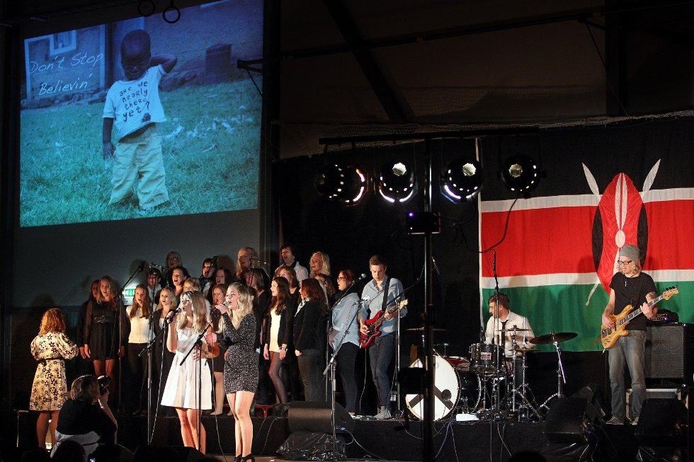 Ungdomsstyret til LAKK samarbeidet med The Cherity Crew, Lakk barnekor, Kor for Afrika og DanseakademietGG om en stor veldedighetskonsert i Larkollhallen.                 Stine Kristiansen (til venstre) og Anna Hedblom. (Foto: Hansen, Geir)