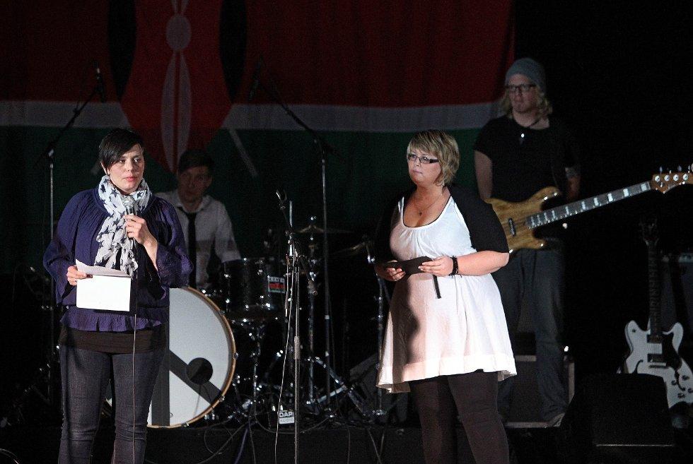 Ungdomsstyret til LAKK samarbeidet med The Cherity Crew, Lakk barnekor, Kor for Afrika og DanseakademietGG om en stor veldedighetskonsert i Larkollhallen.     Leder for LAKK, Hanne Bakkerud (til venstre) og konferansier Mari K. Johnsen.