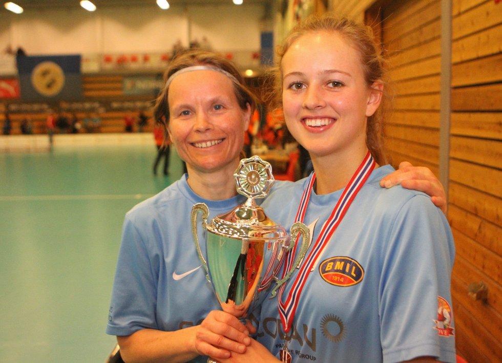 STOLTE: Veteran Ingrid Gigstad (43) og stortalentet Camilla Bergsmark (17) med beviset på at BMIL er årets sølvvinner i NM.
