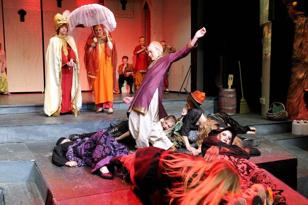 Tobias Nielsen (ånden i lampen) og de andre unge skuespillerne ga alt under de sisteprøvene før premieren på «Aladdin og den magiske lampen». Foto: Per Langevei