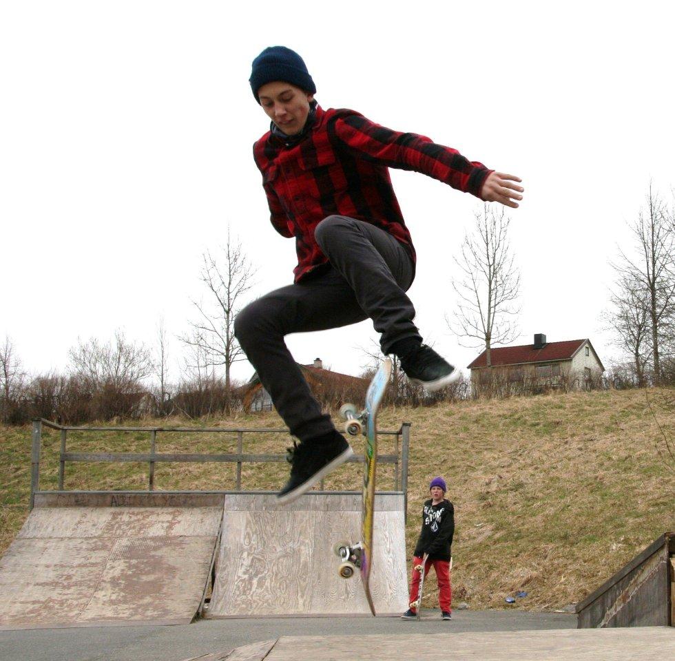HØYT: Høyt svever de - og moro er det - her Daniel Larsen (13) fra Disen.