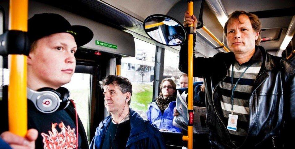Det er ikke uvanlig at Vidar Havellen må stå på bussen som kjører mellom Drammen og Oslo, på vei hjem fra jobb. Etter at Buskerud kollektivtrafikk AS reduserte rutetilbudet midt i rushtiden stiller han spørsmål ved sikkerheten til passasjerene.