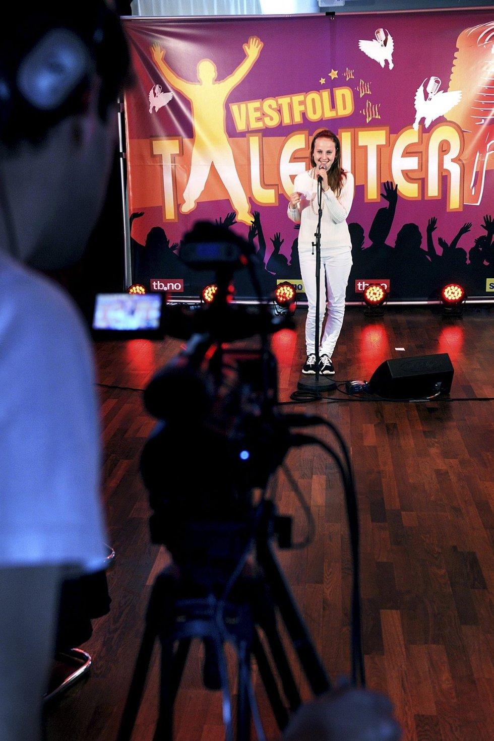 Elise Næsgård fra Sandefjord håper å gå videre i Vestfoldtalenter, og sang av full hals under opptak.  Foto: Kirvil Håberg Allum
