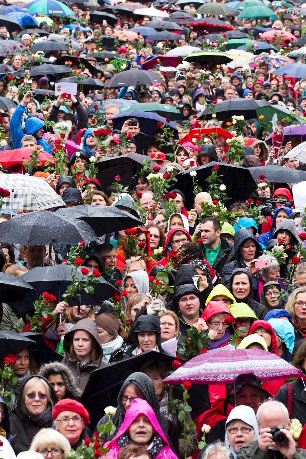 Mange hadde tatt med seg roser på Youngstorget.