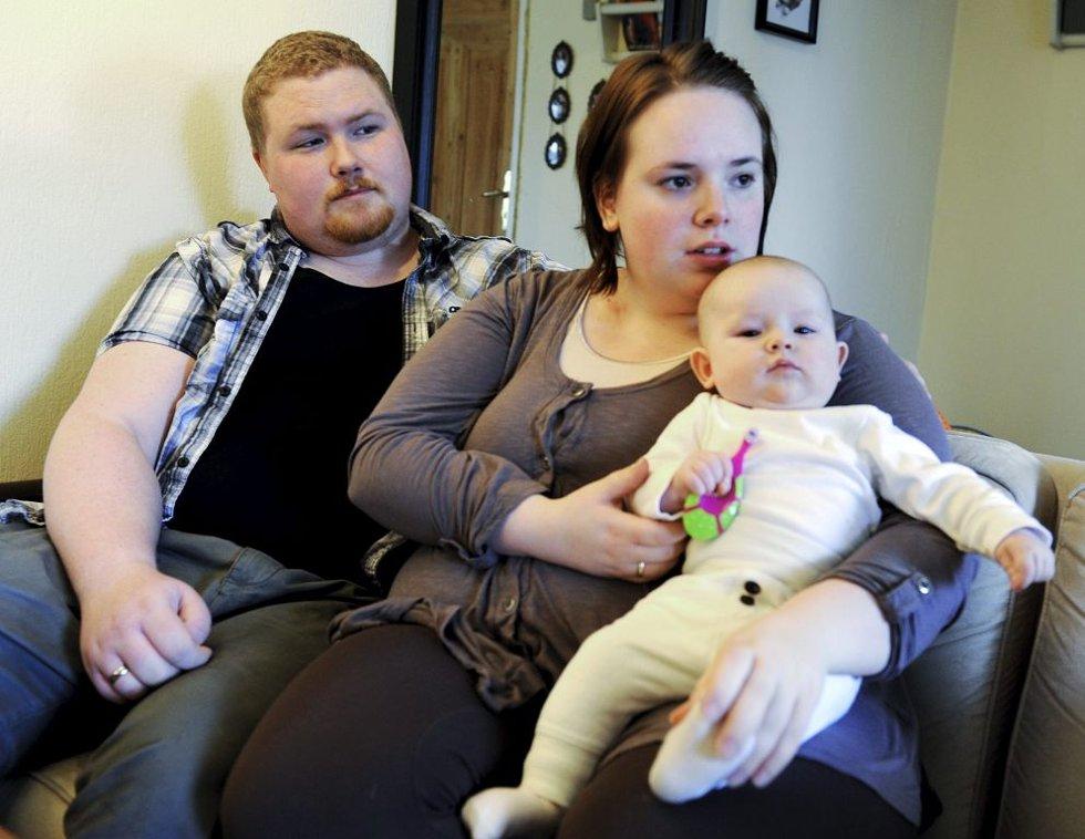 Truls Hofsøy Stålskjær fikk flåttbitt. I dag må kona Lisa ta hånd om både mann og barn, lille Fie på fire måneder.
