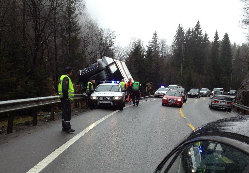 Lastebilen måtte hjelpes ut av grøfta av to kranbiler. Foto: Marit Schulstock