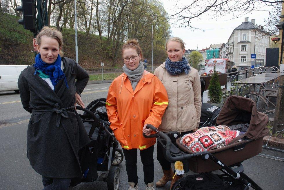 UNØDVENDIG: Mariken Halle, Elin Igland og Maria Sand er ikke fornøyd over at at busstilbudeti byen blir dårligere fra søndag.