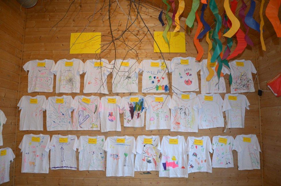 KREATIVE: Med «magisk skog» som tema lagde barna blant annet t-skjorter med trykk.