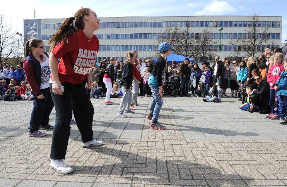 Elever fra Ragnes Danseskole som feirer Dansens Dager 2012  med oppvisning på Torvet.