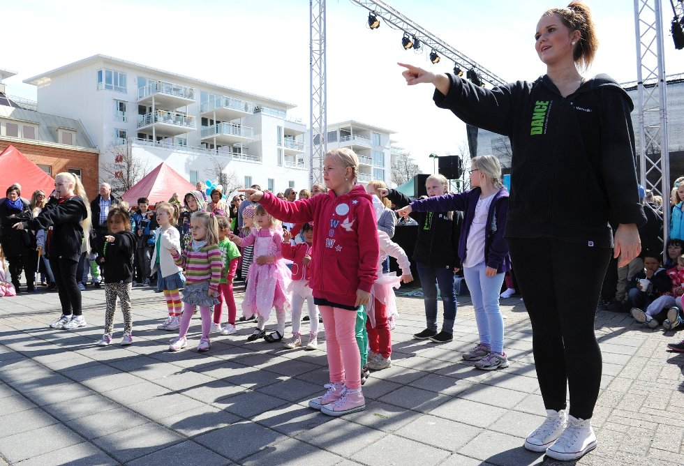 Elever fra Ragnes Danseskole som feirer Dansens Dager 2012  med oppvisning på Torvet.;
