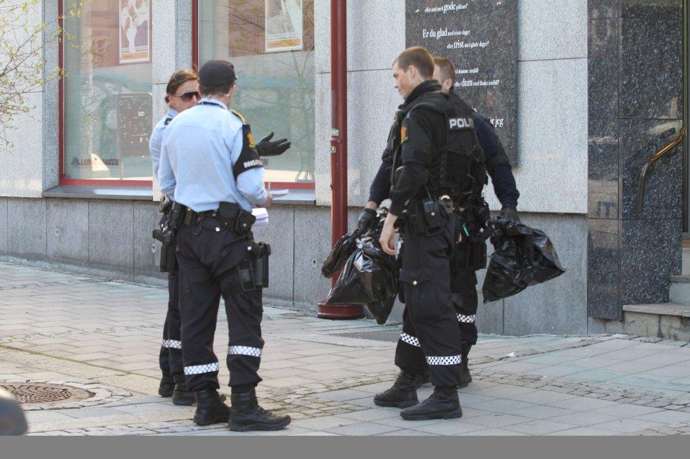 Bevæpnet politi søker etter raneren på Larvik torg og i området rundt.