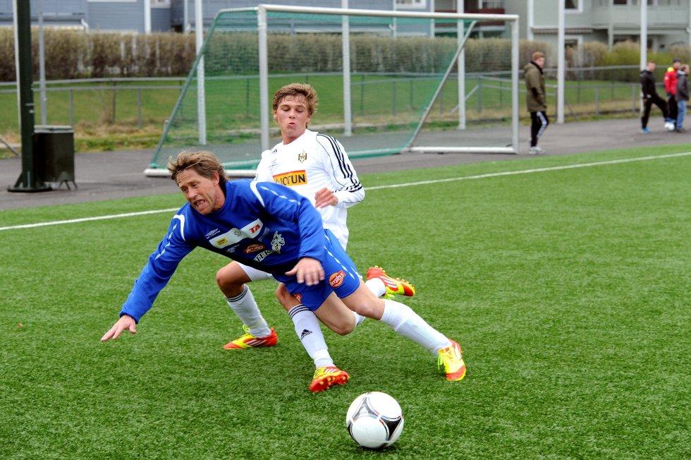 Preben Liverød i kamp med en Skotfoss-spiller.