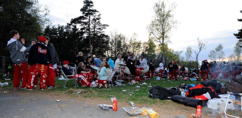 Uten mat og drikke, duger russen ikke. Ungdommene rigget seg til med både griller og møbler.  Foto: Flemming Hofmann Tveitan