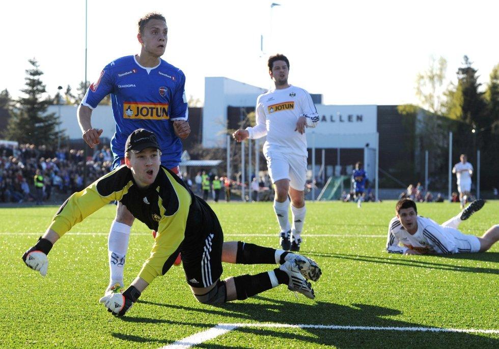 Runars keeper Ronny Moen spilte bra i målet, men måtte hente ut seks baller fra storebror i byen.