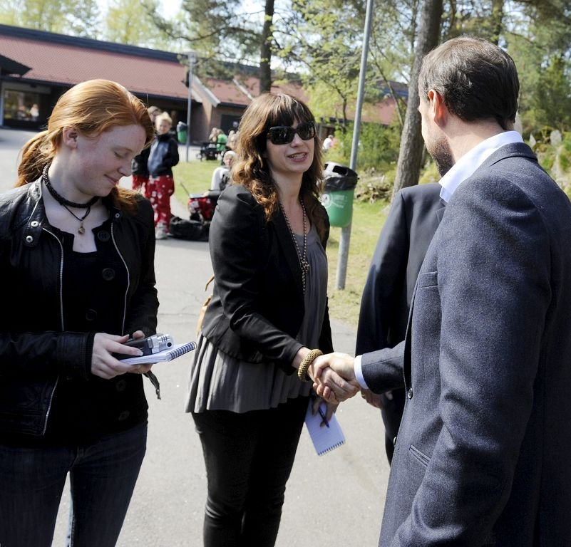 Flere medier var til stede da Kronprins Haakon snakket om verdighet ved Re videregående skole. Her hilser han på journalist Sidsel Winding-Stavseth.