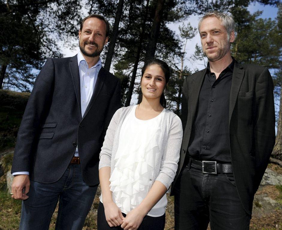 Kronprins Haakon sammen med elevrådsleder Kahn og Thomas Horne.