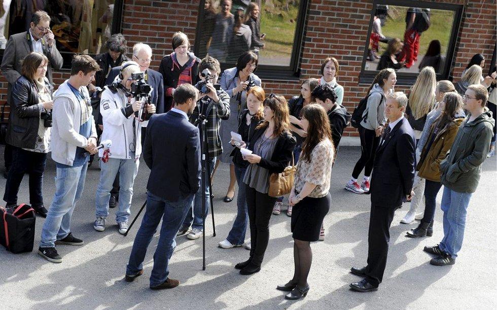 Mange medier ville ha oppmerksomheten til kronprins Haakon da han besøkte Re videregående skole 3. mai 2012.