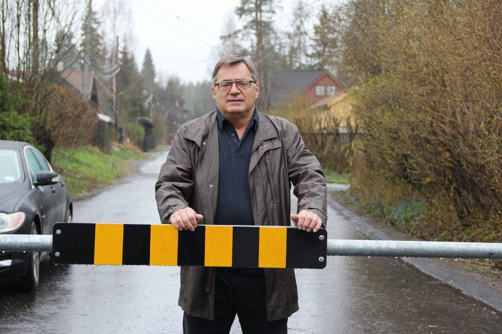 BU-leder Lars Asbjørn Hanssen vil fjerne bommen, men gjenstridige oppsittere og et firkantet kommunalt regelverk setter bokstavelig talt bom for åpning av Svenstuveien.