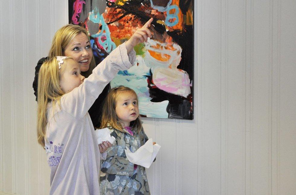 Blikkfang: Hege Kullerud Bunæs ble imponert over bildene som ble presentert på utstillingen. Her med døtrene Nora (4) og Anna (7). alle foto: Lise Rafaelsen