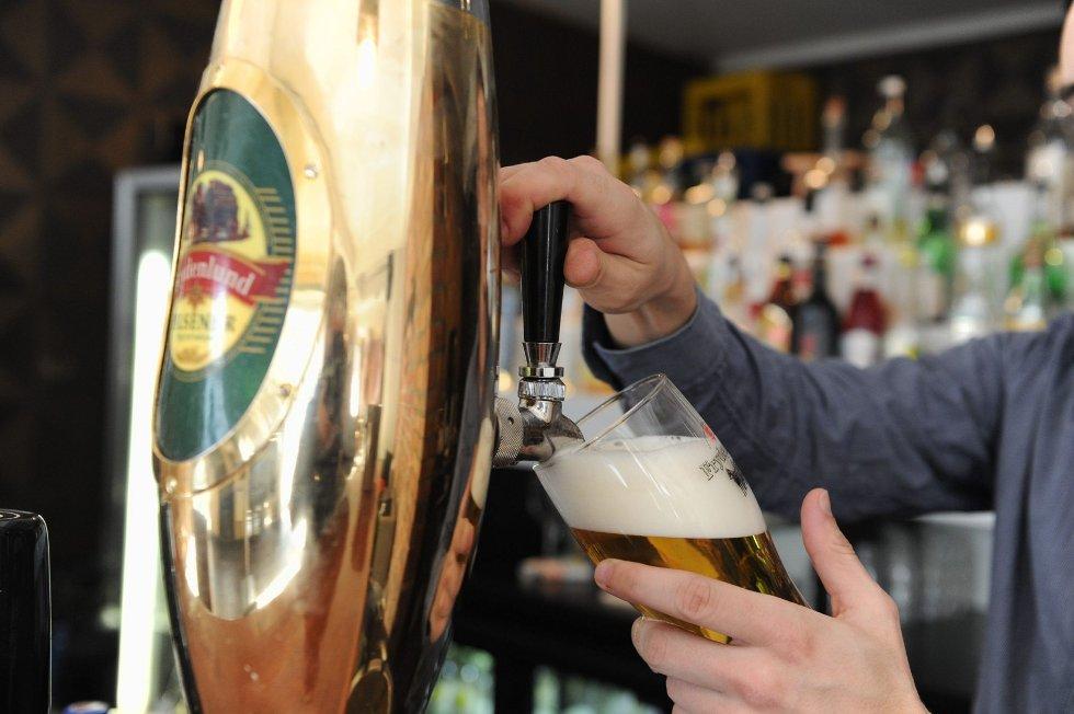 Stengte ølkraner og slutt på alkoholservering er som reglel ensbetydende med kroken på døra for mange utesteder. I kveld ligger flere utesteders skjebne i politikernes hender. Arkivfoto: Per Langevei
