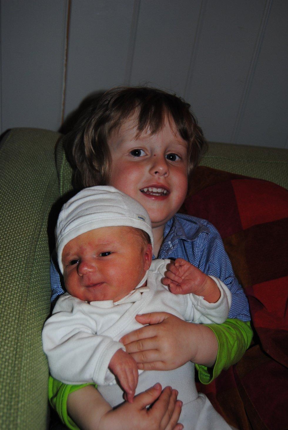 26.april kom Bettina til verden. 3250g og 49cm. Benjamin er stolt storebror! Anne Berit Langtnavn Nielsen-Grøn og Kim Magnussen, Rena.