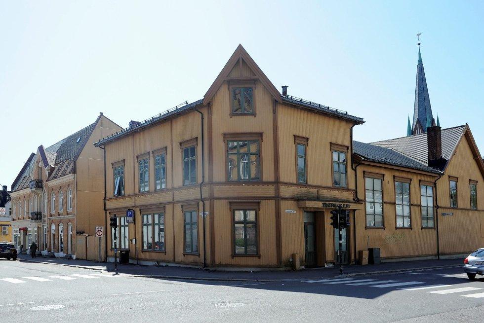 Slik ser det ut i krysset Jernbanealleen/Landstads gate i dag. Bygget var fram til 1975 Sandefjords scene for teater og revy.      Foto: Atle Møller