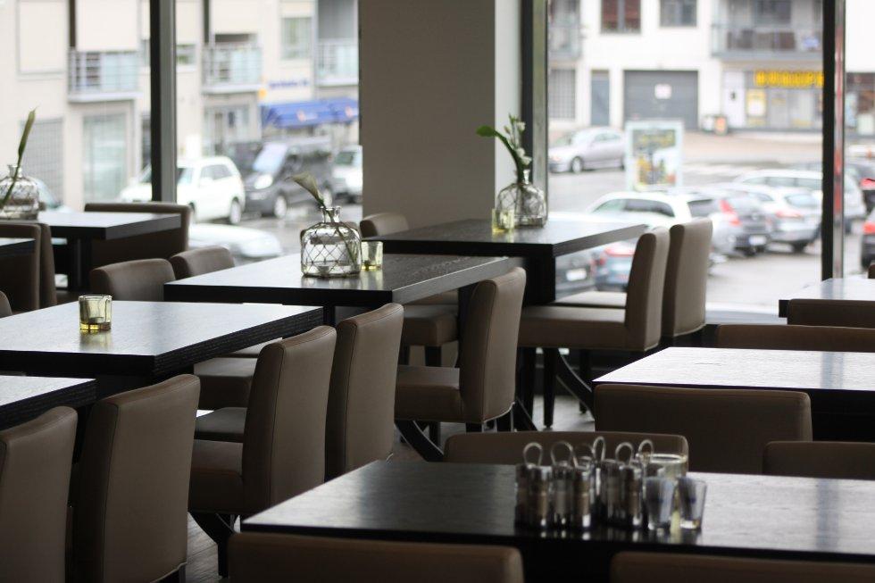 Familierestauranten som driftes av Freddy Thorbjørnsen og Petter Eriksen, har utsikt både mot brygga og mot Storgaten i retning Bunnpris og Verdensspeilet.