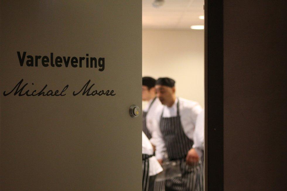 """Det var hektisk da FB besøkte restauranthuset i går formiddag. På kjøkkenet til """"Restaurant 13"""", som skal driftes av kjendiskokken Michael Moore, var flere kokker i sving."""