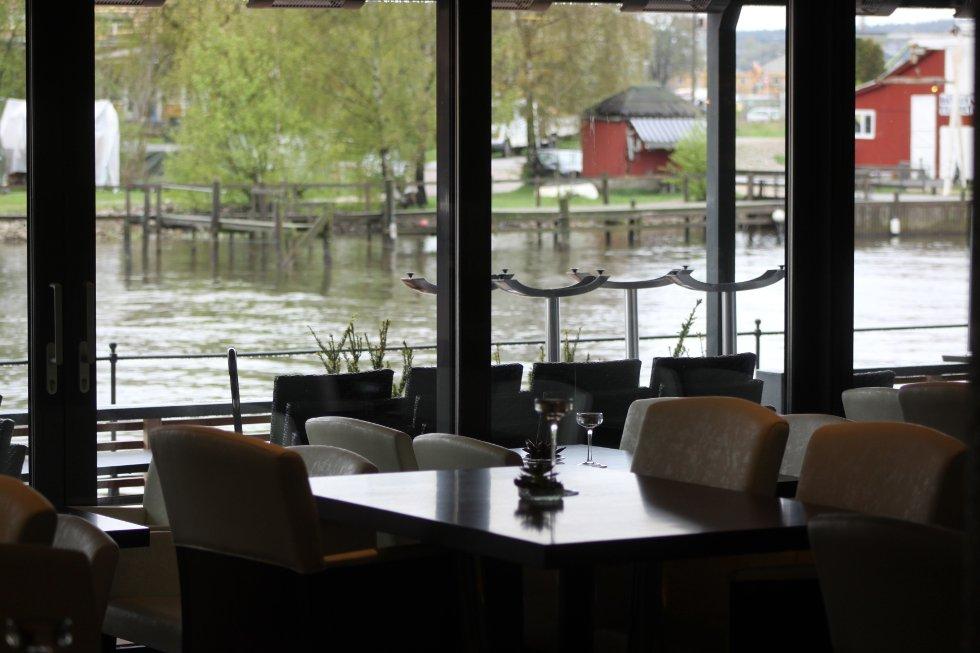 """""""Restaurant 13"""" har store arealer og utsikt mot bryggepromenaden og elven."""