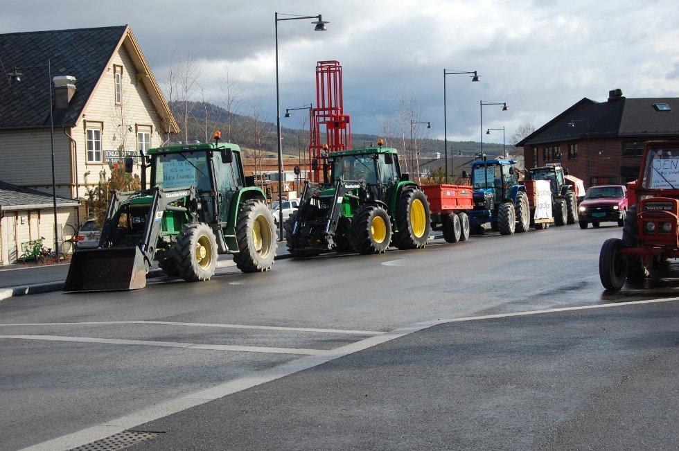 AKSJON I TYNSET: Traktorene inntok Tynset sentrum mandag formiddag.  (Foto: Marit Arnesen)