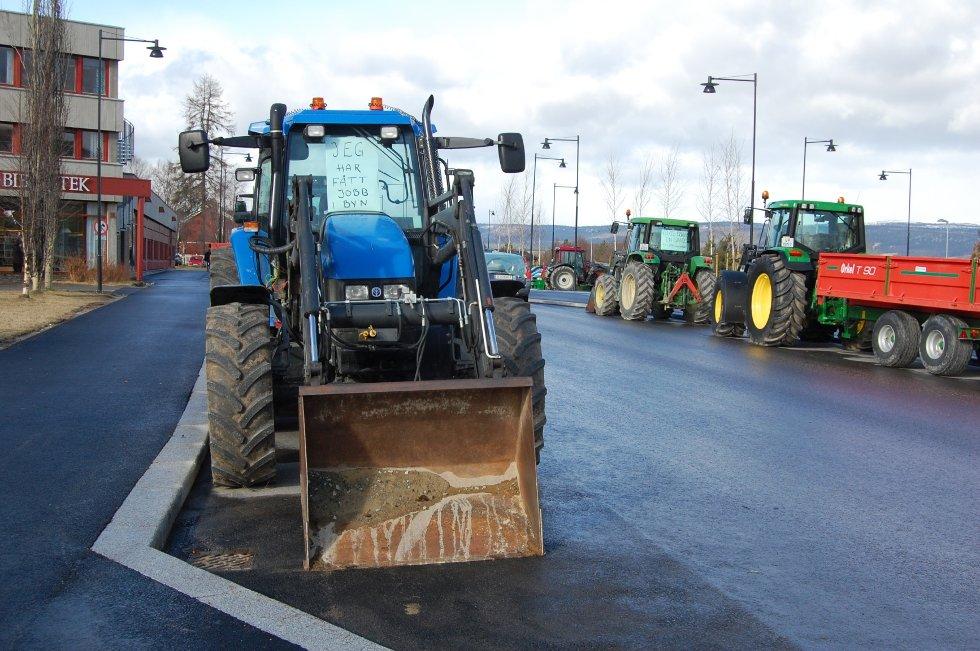 I Tynset tok traktorene parkeringsplassene.  (Foto: Marit Arnesen)