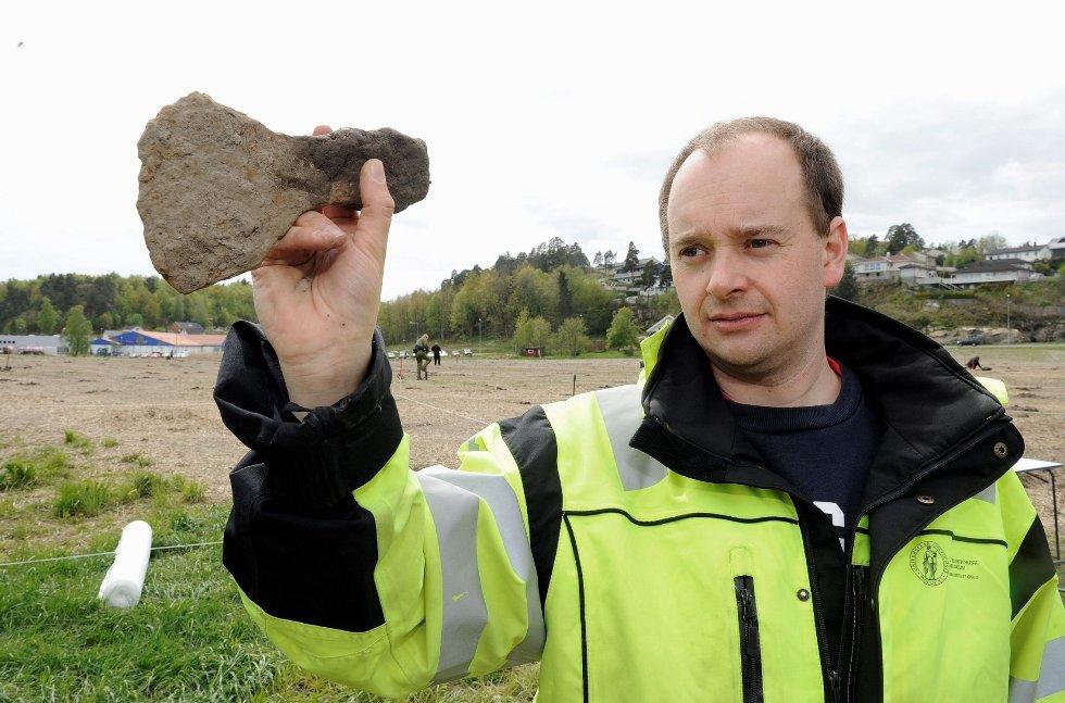 Christian Rødsrud med en øks som ble funnet på Heimdalhordet. Øksen skal tidfestes nærmere, men arkeologene antar at det er fra vikingtid.
