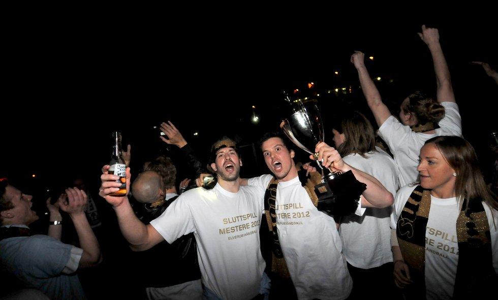 Steffen Stegavik med pokalen i hånda jubler vilt for sluttspillgullet tirsdag kveld – sammen med kaptein Lars Nordberg og fysioterapeut Guri Midtsundstad.