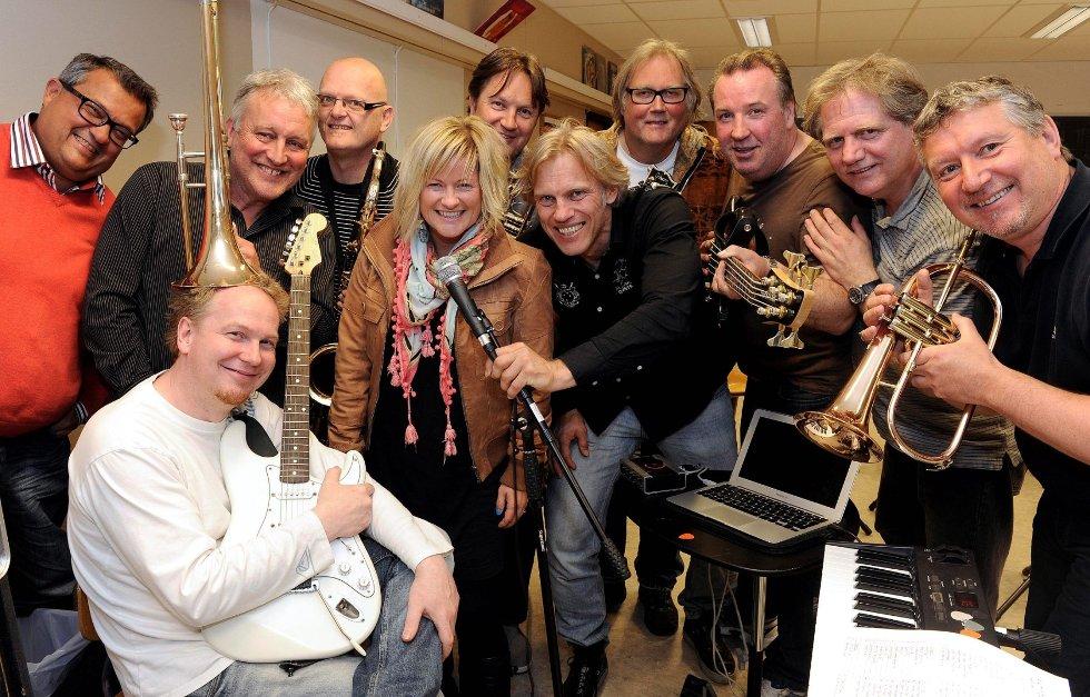 En halvrusten bukett som aldri blir lei av å glede sitt publikum, har for anledningen en rose midt i blant seg. Fra venstre: Taisto Onnella (hammond/keyboard/vokal), Halstein Larsen (Gitar/keyboard), Jørn Berg (trombone), Arve Karlsen (saksofon), Marit Strømøy (vokal), Steinar Østby (trompet/flygelhorn), Hugo Lande (vokal), Reidar Helgeland (gitarer/perkusjon/vokal), Svenn Inge Nilsen (bass/vokal), Hein Ivan Mikkelsen (trommer) og Cato Andersen (trompet/flygelhorn). Foto: Olaf Akselsen