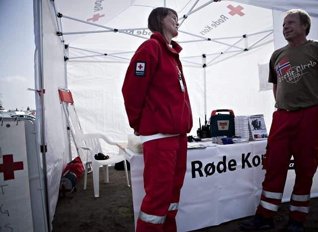 Røde Kors Hjelpekorps i Flesberg får 20.000 kroner av Målfrid Wærås og Norsk Tipping. FOTO: KATINKA M. HUSTAD