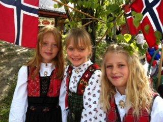 Tre fine jenter på Nærsnes skole før regnet braker løs! Fra venstre Lise Meinhart Kjelstad, Sol Skott- Myhre og Anna Lemme Kristiansen.