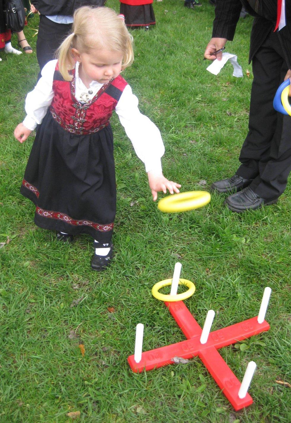 Kristine Morberg Pedersen (snart 4 år) som kaster ringer.