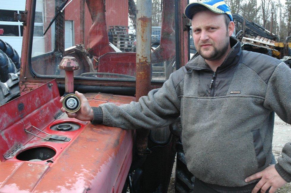 Ble tømt: To traktorer som står inne til reparasjon hos Esten Håsæther i Tufsingdalen ble tømt for diesel på dagtid sist fredag. Jeg er oppgitt, til å med på dagtid slo de til sier Håsæther,