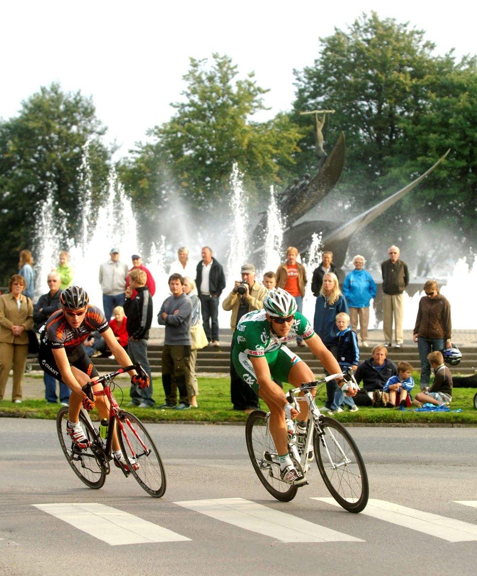 Thor Hushovd (t.h.) og de andre rytterne i Sandefjord Grand Prix kan ha syklet rundt Hvalfangstmonumentet for siste gang.     Arkivfoto: Atle Møller