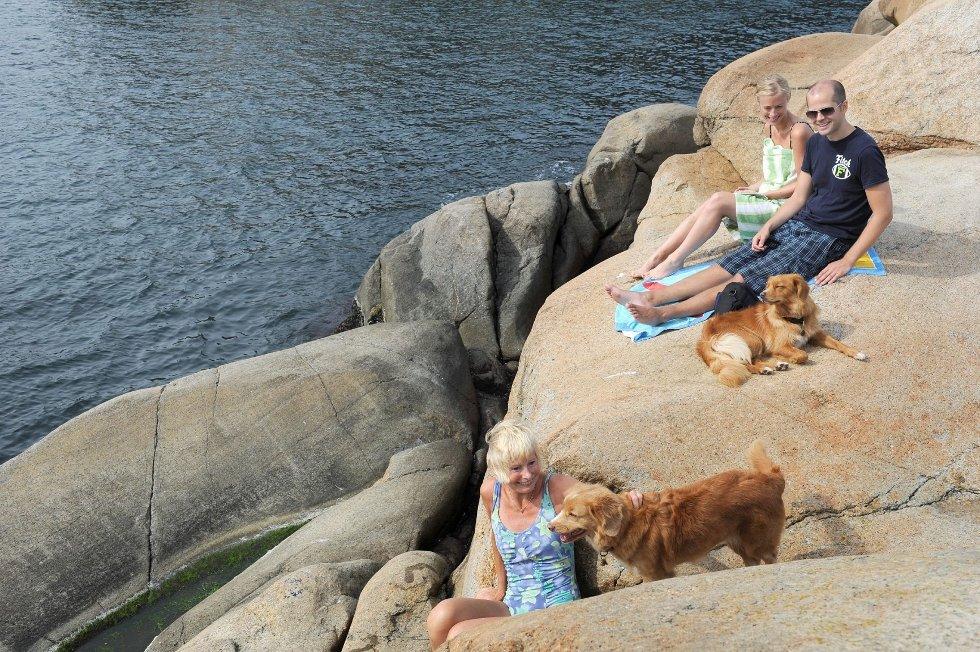 Familien Gravdahl bruker Kisteholmene mye i sommerferien. Fra venstre: Torunn Harkjerr Gravdahl, Mariann Gravdahl Egeland og Helge Gravdahl Egeland, sammen med hundene Tekla og Vila.