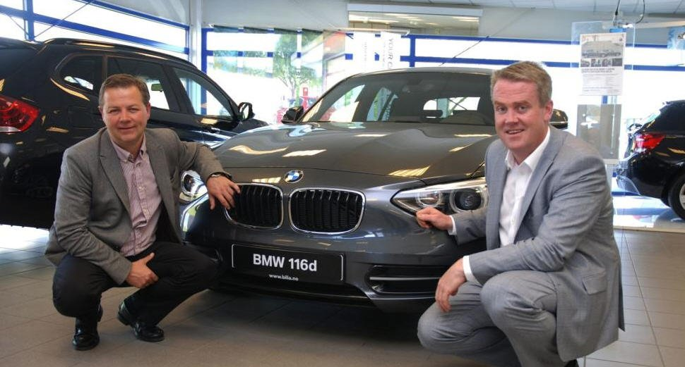 Lars Roll Erichsen (til venstre) er glad for at Frode Hebnes og Bilia Norge har overlatt salget av BMW i Moss og Fredrikstad til Stamsaas Gruppen.