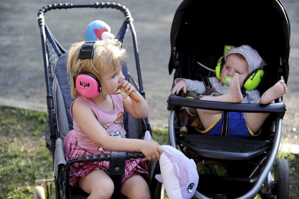 HØRSELVERN: Ronja (3) og Eric Arnesen (11 måneder) fra Skoppum var på konsert i sommervarmen.