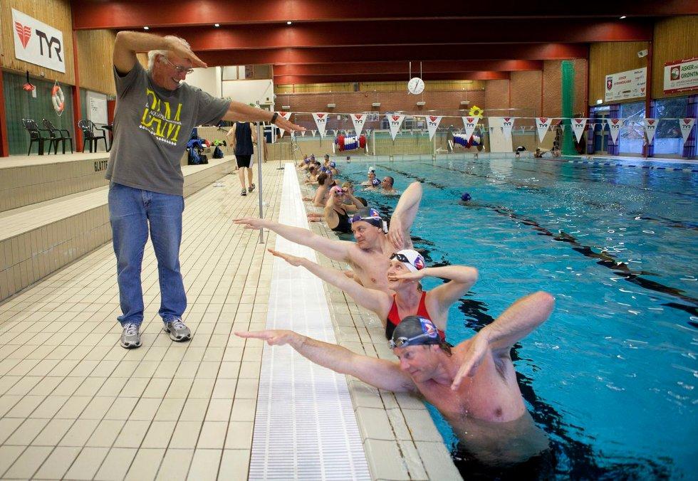EKSPERTHJELP: ¿For å bedre teknikken fikk Masters-svømmerne besøk av den verdenskjente treneren Rick Powers. Knut Henrik Medina (nærmest kamera), Kristin Røger Guthe og Rolf Arne ¿Nordang tar imot instruksjoner. ¿FOTO: ANETTE ANDRESEN