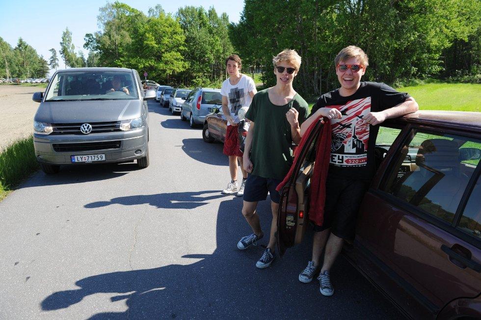 Denne svenske kameratgjengen er bare glad for streiken. Som så mange andre parkerte de ulovlig langs Skjellvikaveien søndag. Fra venstre: Calle Balck, Petter Strid og Tobias Wewnnerholm. FOTO: PER LANGEVEI