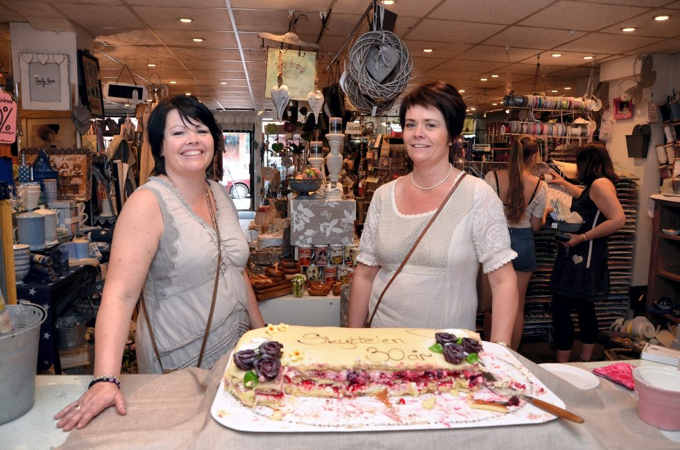 Randi Sønsthagen (til venstre) og Jeanette Frekhaug Bekk eier og driver Skyttelen som feiret 30 år fredag. De trives som nisjebutikk i Storgata.