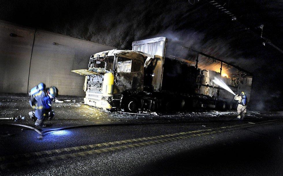 HEFTIG BRANN: Det polske vogntoget som tok fyr i Oslofjordtunnelen i fjor sommer, var lastet med papir. Brannen førte til kraftig røykutvikling. FOTO: CHRISTIAN CLAUSEN