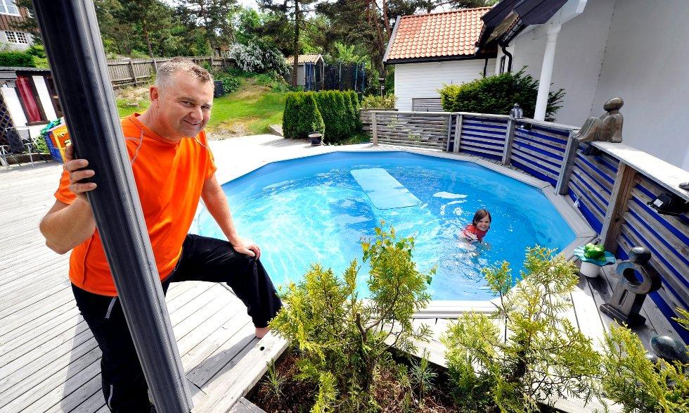 Nils Malcolm (44) og datteren Leah Løllke Malcolm (snart 7) nyter bassengluksusen bak huset i Fagerliveien 39.