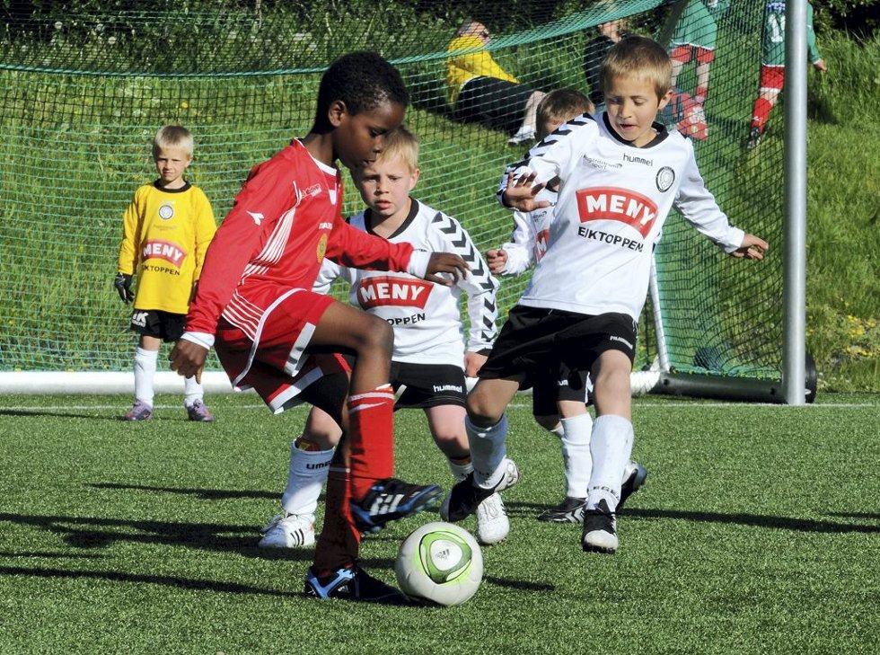 Aktivitetsturnering på Eik. Ferdigheter med ball mellom Nøtterøy og Eik.